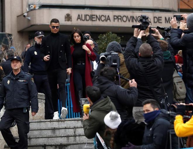 Cristiano y su pareja abandonan la Audiencia Provincial de Madrid.