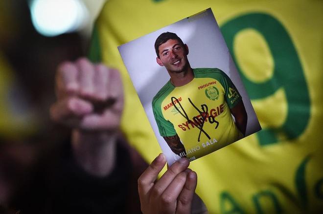 Un aficionado del Nantes muestra una foto de Sala tras la desaparición del vuelo del jugador.