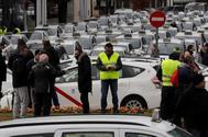 Concentración de taxistas, ayer, en las inmediaciones del recinto ferial de Ifema, en Madrid,