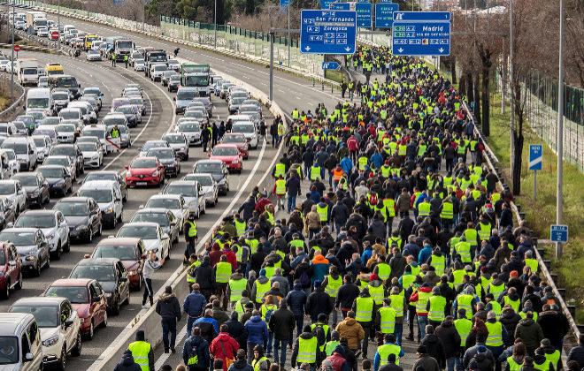 Una 'marea amarilla' de taxistas corta el tráfico en la carretera de...