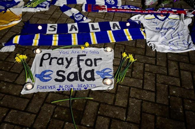 Aficionados del Cardiff homenajean a Sala a las afueras del estadio.