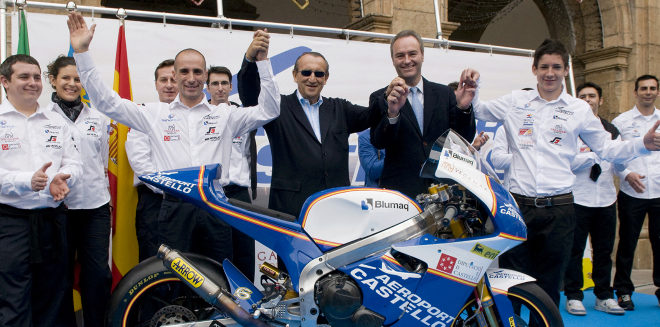 Carlos Fabra, junto al piloto Álex Debón en los tiempos del patrocinio de Aerocas.