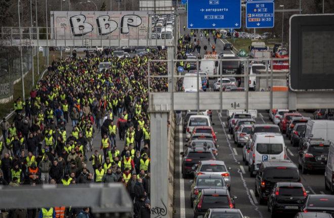 Los taxistas cortan en la huelga la carretera próxima al aeropuerto...