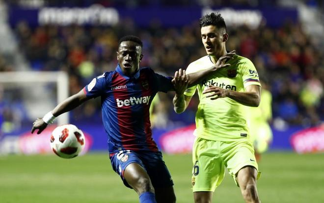 El jugador del Levante Boateng, y el del Barça, Chumi.
