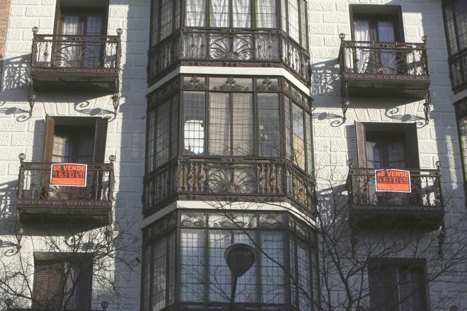 Carteles de pisos de segunda mano en venta en una calle de Madrid.
