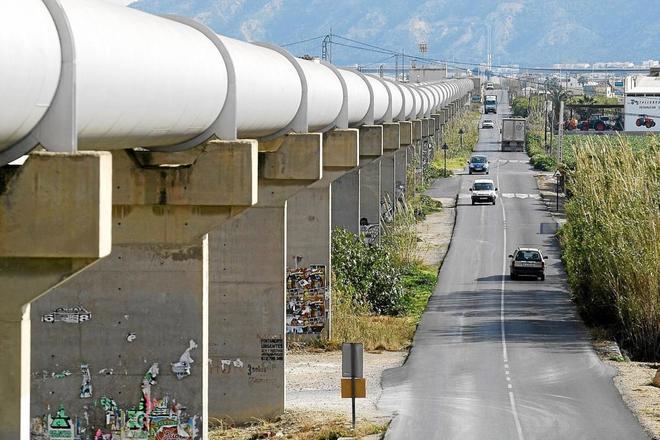 Tubos del trasvase Tajo-Segura a su paso por Orihuela.