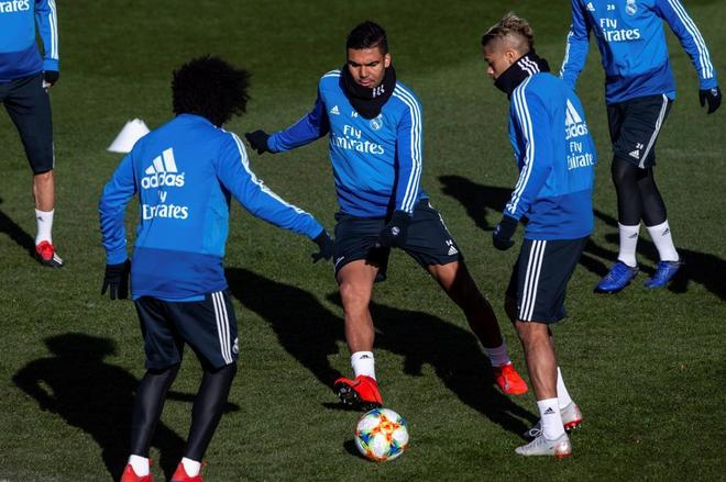 Marcelo, de espaldas, en pleno rondo con Casemiro y Mariano, en el último entrenamiento.