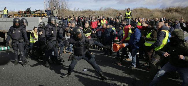 Los policías cargan contra los taxistas en la M-40.
