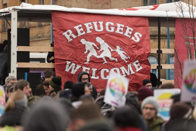 """Un cartel con el mensaje """"Bienvenidos, refugiados"""", durante una protesta contra el partido AfD en Riesa."""