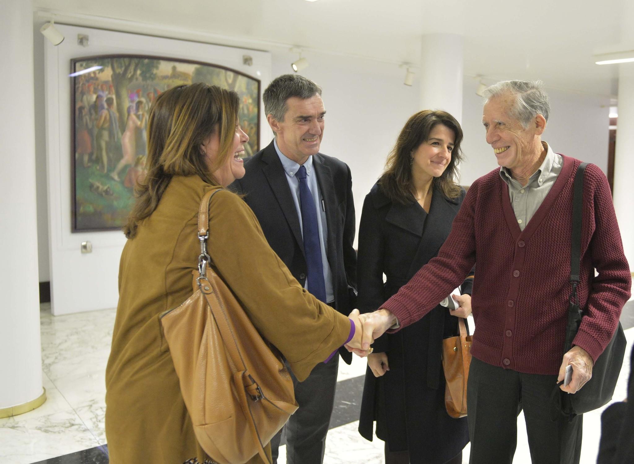 Fernández observa el saludo entre la viceconsejera de Educación y el periodista Mariano Ferrer.