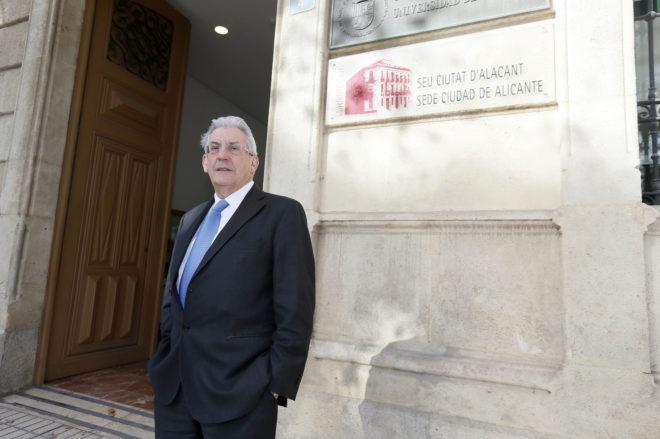 Pedro Miguel Echenique, a las puertas de la sede de la Universidad de Alicante, donde ayer impartió su charla y se reunió con los medios de comunicación.