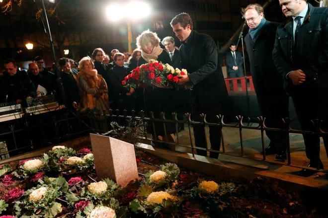 El presidente del PP, Pablo Casado, deposita un ramo de flores en el...