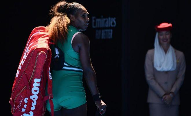 Serena Williams abandona la pista tras su derrota ante Karolina Pliskova.