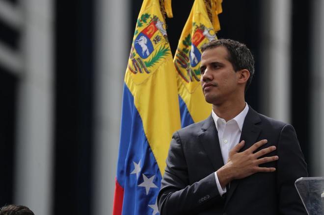 El presidente interino de Venezuela, Juan Guaidó, anuncia que asume las competencias del Ejecutivo, este miércoles en Caracas.