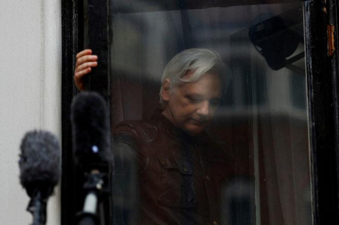 El fundador de WikiLeaks en el balcón de la embajada de Ecuador en Londres.