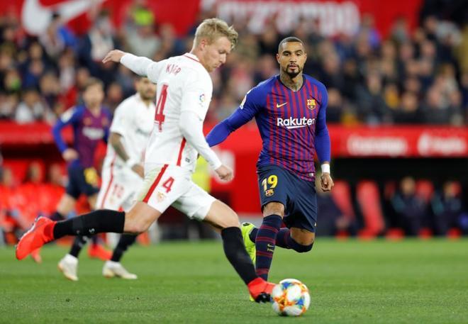 Kjaer golpea el balón ante Boateng en el Sevilla-Barcelona de la Copa.