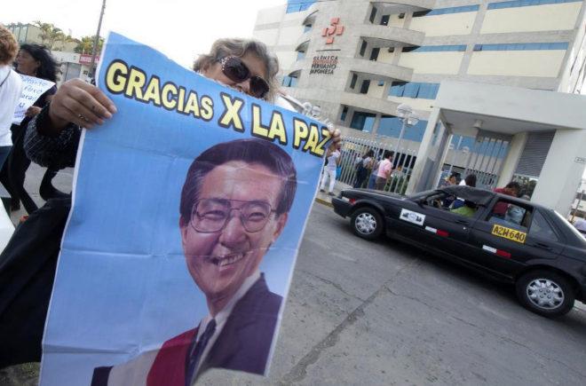 Seguidores de Fujimori protestan a la salida de la clínica por su reingreso en prisión.