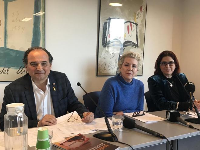 Carles Torner, director ejecutivo de PEN Internacional; su presidenta...
