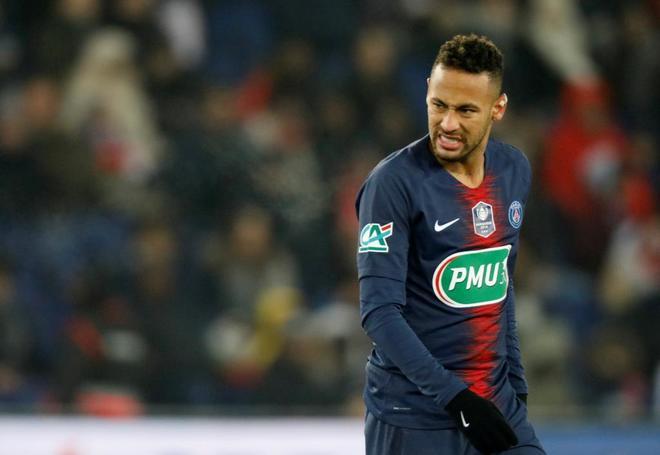 Neymar, en el momento en el que se lesiona el pie derecho.