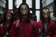 Fotograma de La Casa de Papel en la que se ven las máscaras de Dalí