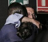 Pablo Iglesias abraza a su padre, Javier Iglesias, en un acto de...