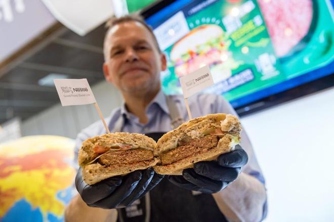 """Un empleado presenta la """"Hamburguesa Increible"""", un hamburguesa..."""