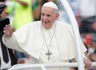 El Papa Francisco saluda a los congregados en Ciudad de Panamá.