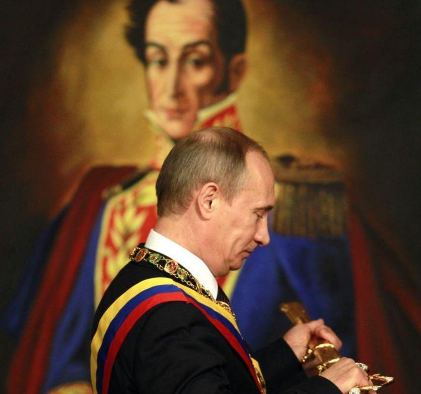 El presidente ruso, Vladimir Putin, recibe una réplica de la espada de Simón Bolívar durante su visita a Caracas en 2010.