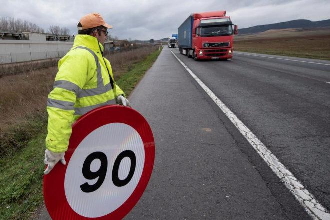 Un operario coloca una señal de 90 km/h el N-124 dirección Haro (La Rioja)