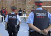 Una pareja de Mossos vigila la votación del referéndum ilegal del...