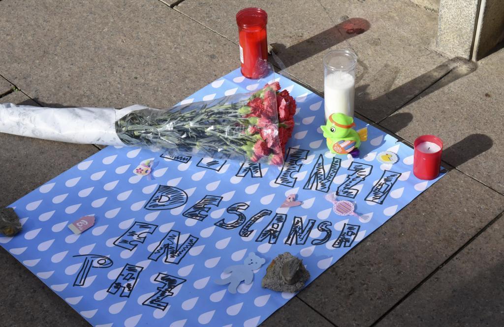 Ofrendas y minuto silencio por la muerte del bebé de dos meses en Pineda de Mar