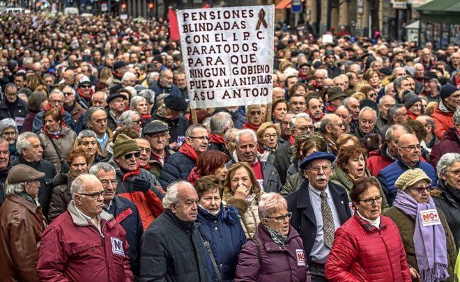 Un numeroso grupo de pensionistas y jubilados se manifiesta en Bilbao la pasada semana.
