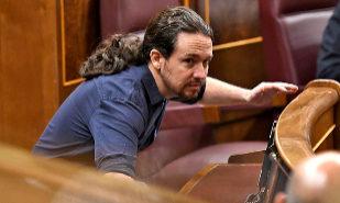 El secretario general de Podemos, Pablo Iglesias, en su escaño del...