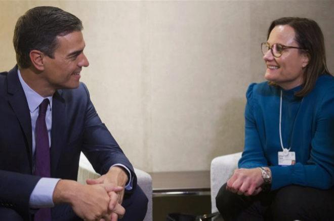 Pedro Sánchez, presidente del Gobierno de España, junto a Gillian Tans, presidenta del grupo tecnológico Booking.com