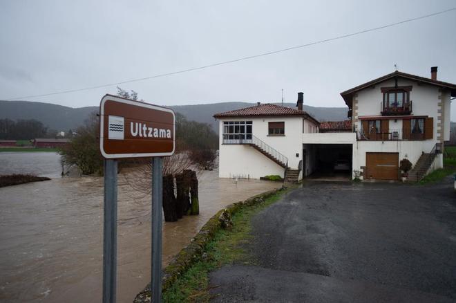 El río Ultzama desbordado a su paso por Gerendiáin (Navarra).