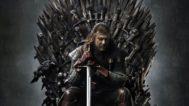 Imagen promocional de la serie 'Juego de Tronos', con Ned Stark sentado en el Trono de Hierro.