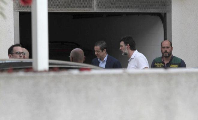 Eduardo Zaplana, durante el registro de la Guardia Civil en su chalé de Benidorm.