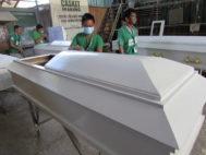 Programa de rehabilitación de drogadictos, en el que éstos construyen ataúdes.
