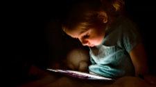 Niños solos ante multitud de pantallas