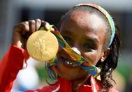Jemima Sumgong, con su oro olímpico, en los Juegos de Río.