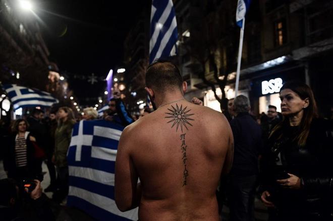 Un manifestante con la estrella de Vergina (símbolo que se disputan ambos países), en Tesalónica.