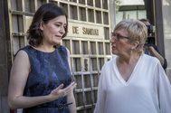 La consellera Ana Barceló (d)recibe la cartera de manos de su predecesora, Carmen Montó.