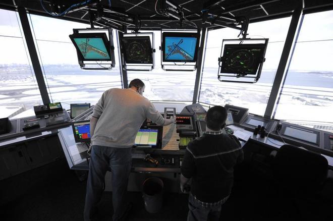 Imagen de archivo que muestra a dos controladores aéreos mientras realizan su trabajo en el aeropuerto de LaGuardia, en Queens, Nueva York (Estados Unidos).