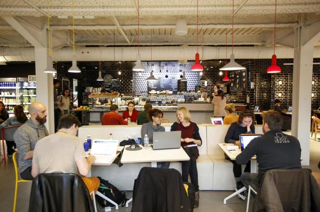 Estudiantes y emprendedores en las instalaciones de Google Campus en Madrid.