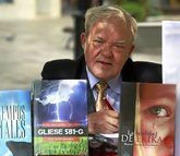 Manuel Macarro, de 73 años, con algunas de su ocho novelas