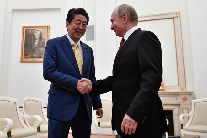 El primer ministro japonés, Shinzo Abe, con el presidente ruso Vladimir Putin.