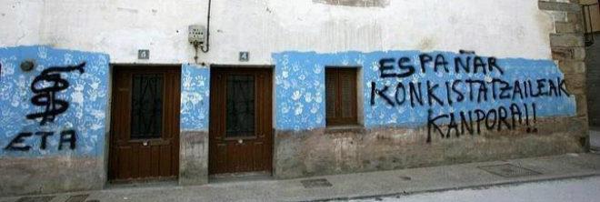 """La casa de los Ulayar en Etxarri-Aranatz, con una pintada que grita: """"Conquistadores españoles, ¡fuera!""""."""
