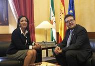 La presidenta del Parlamento, Marta Bosquet, con Francisco Serrano, de Vox.