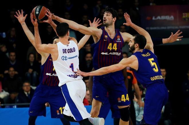 Nando de Colo (i) intenta superar a Pau Ribas (d) y Ante Tomic (detrás).