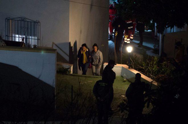 Victoria García (izqda), la madre de Julen, sale de la casa donde aguardaba noticias camino del tanatorio.